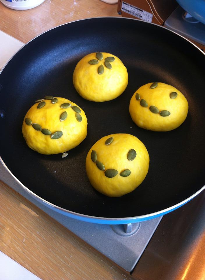 【出店者紹介】Pan au Smile:フライパンで作るパンのワークショップ。専用のビニール袋で発酵させた生地を使って、2次発酵〜成形〜焼上げまでを体験していただけます 材料費:800円