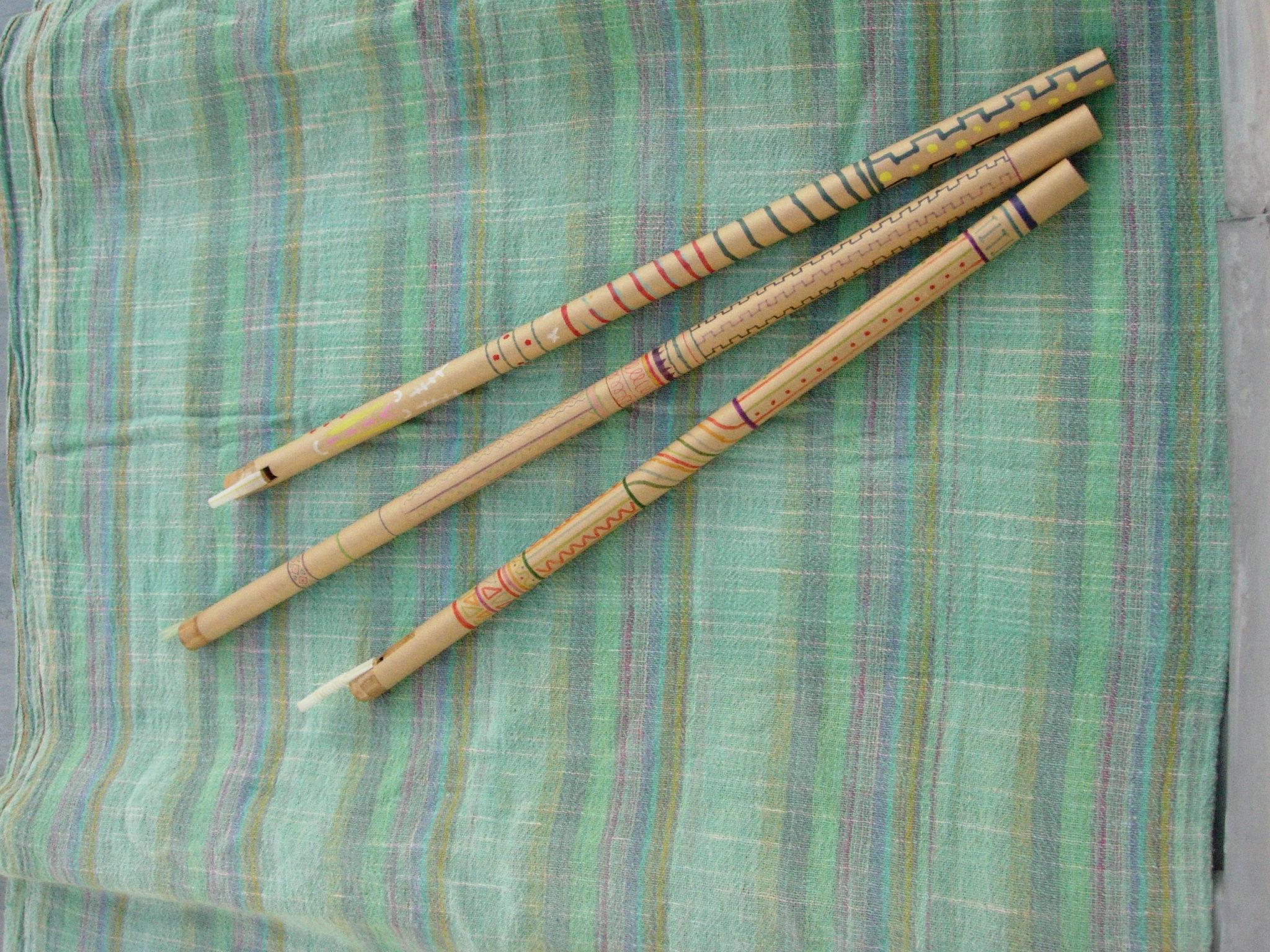 【出店者紹介】物!手作りの会 :作った物を自身で使うをテーマに、道具、日用品、楽器など作り、自作の手作り楽器による演奏活動も行っています。ステージでは竹笛の演奏を行います。ワークショップでは、スロバキアのコンチョーブカという笛を紙管を使って作ります。コンチョーブカは羊飼いの笛と呼ばれ、本物はスイカズラの木で作られるそうです。音程を変える穴などはなく、吹く強さによって音が変えられる不思議な笛です。材料費:500円